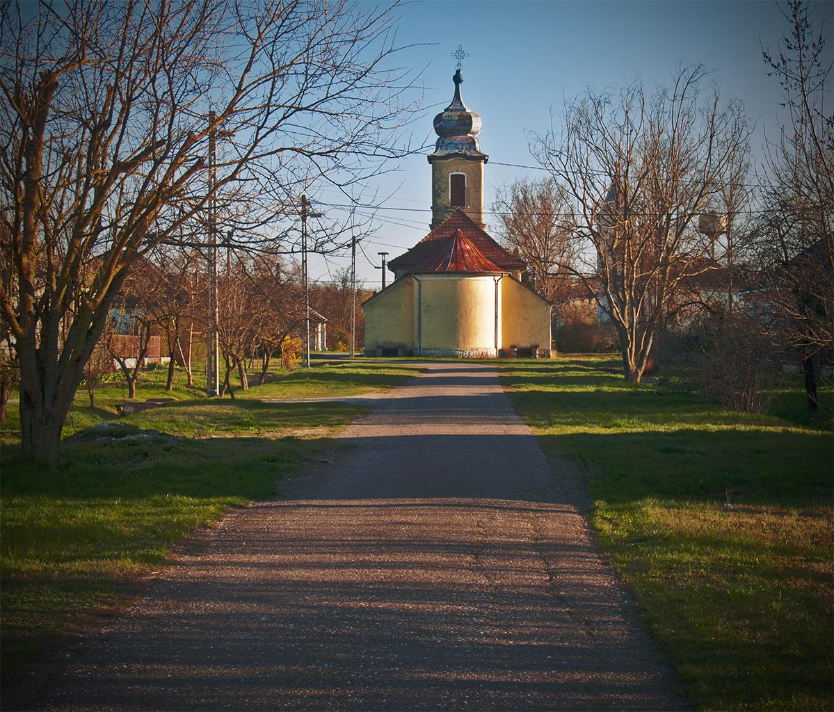 Újlőrincfalva, utca templommal